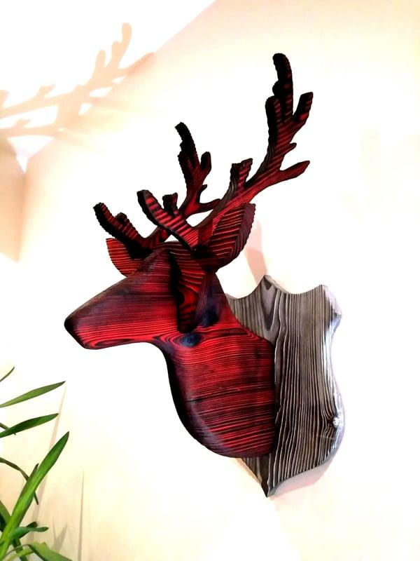 tête de cerf en yakisugi décoratif- bois brûlé, brossé et teinté en rouge